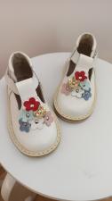 Balti sandaliukai su spalvotomis gėlytėmis