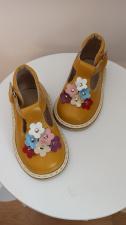 Geltoni sandaliukai su spalvotomis gėlytėmis