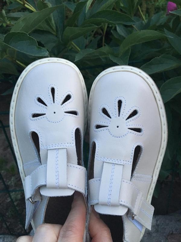 Šviesi latte sandalai
