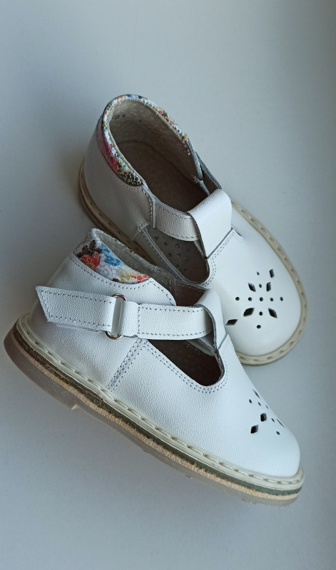 Balti sandaliukai su spalvotomis detalėmis