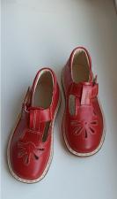 Raudoni sandalai