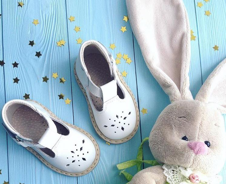 White sandaliukai