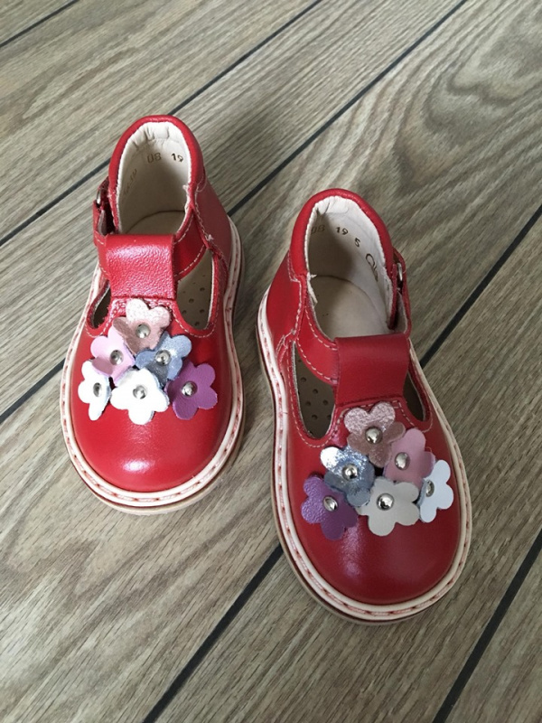Raudoni sandaliukai su spalvotomis gėlytėmis