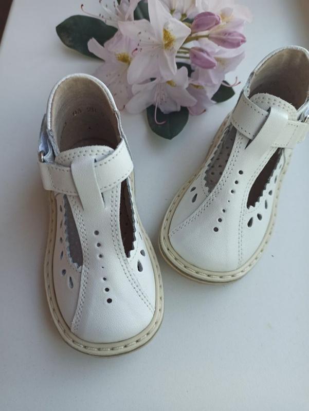 Balti sandaliukai