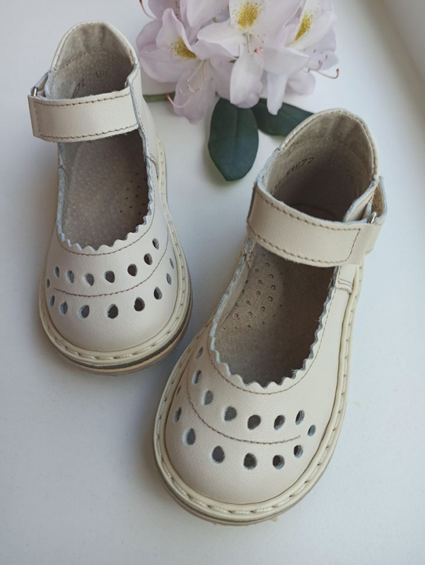 Šviesi latte sandaliukai
