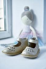 Švelnios auksinės spalvos sandaliukai