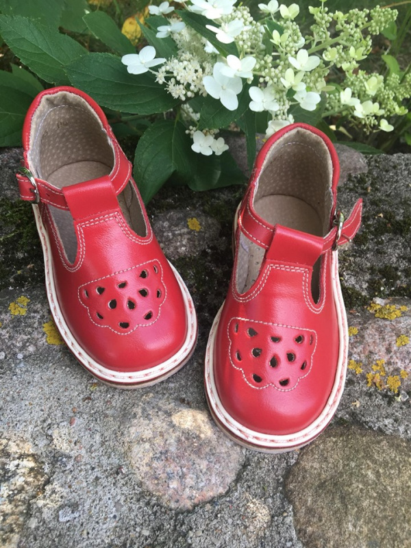 Raudoni sandaliukai